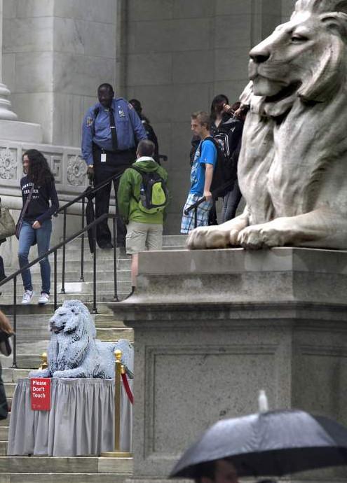 ニューヨーク市立図書館100周年で、レゴブロックのライオン像展示中_b0007805_20242531.jpg