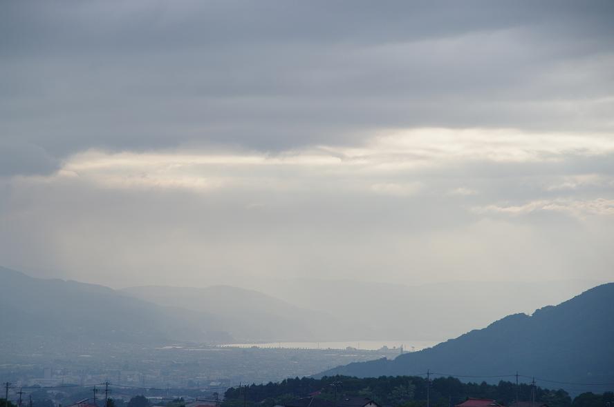 梅雨空の下の諏訪湖遠望_f0163491_2032317.jpg