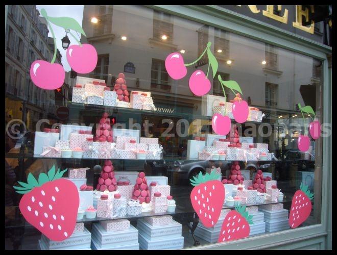 【街角のマカロン】LADUREEサンジェルマン店6月6日(PARIS)_a0014299_1717231.jpg