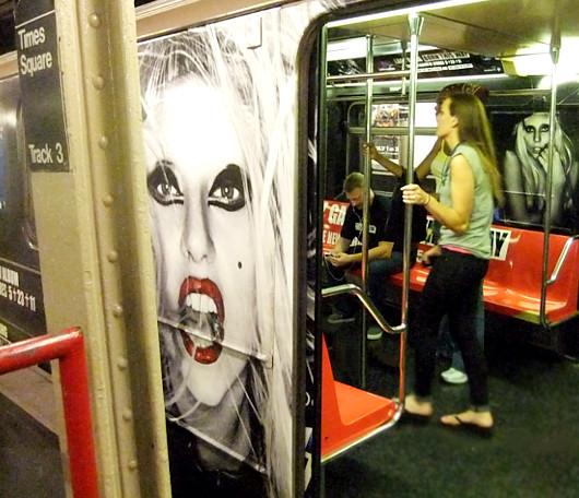 ニューヨークの地下鉄に歌手のレディ・ガガさん電車登場!!!_b0007805_13374280.jpg