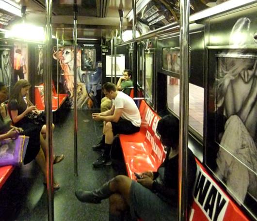 ニューヨークの地下鉄に歌手のレディ・ガガさん電車登場!!!_b0007805_13382386.jpg
