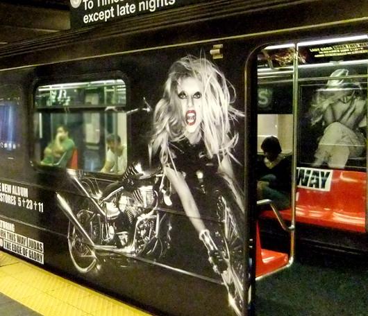 ニューヨークの地下鉄に歌手のレディ・ガガさん電車登場!!!_b0007805_1339218.jpg