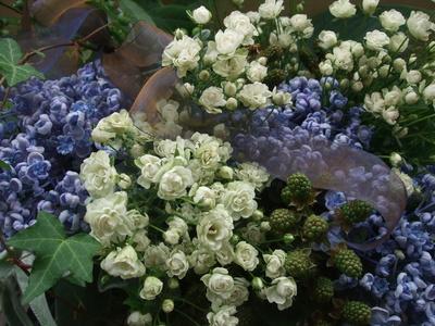 オークリーフ(青と白の花、そしてグリーンミックスのアレンジメント)_f0049672_15593461.jpg
