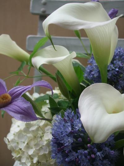 オークリーフ(青と白の花、そしてグリーンミックスのアレンジメント)_f0049672_1672738.jpg