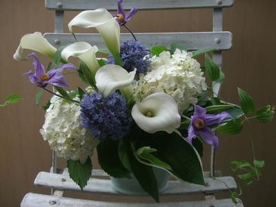 オークリーフ(青と白の花、そしてグリーンミックスのアレンジメント)_f0049672_1674256.jpg