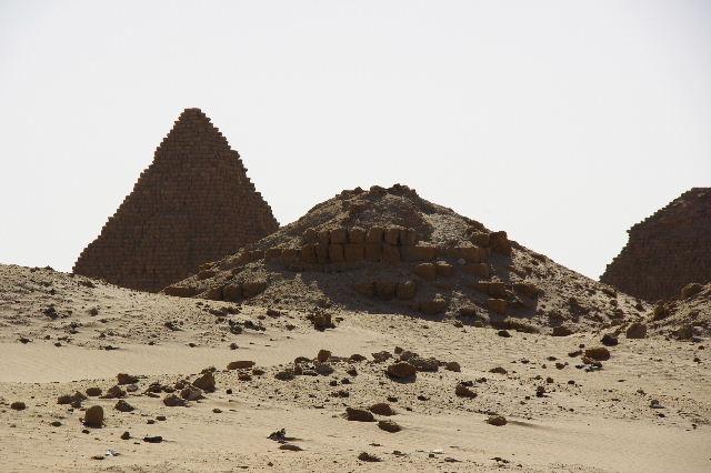 ヌーリ遺跡   ナバタ王国のブラック・ファラオの王墓群_c0011649_156618.jpg