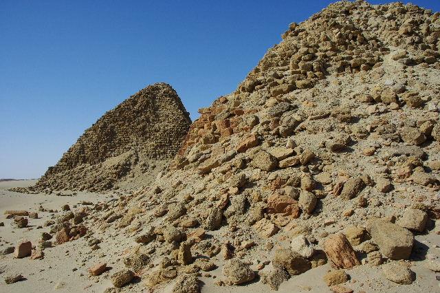 ヌーリ遺跡   ナバタ王国のブラック・ファラオの王墓群_c0011649_15829100.jpg