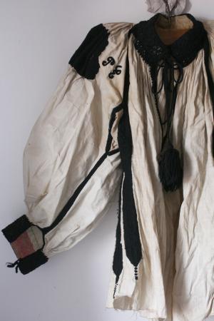 イーラーショシュの肩刺しゅうブラウス_b0142544_16362429.jpg