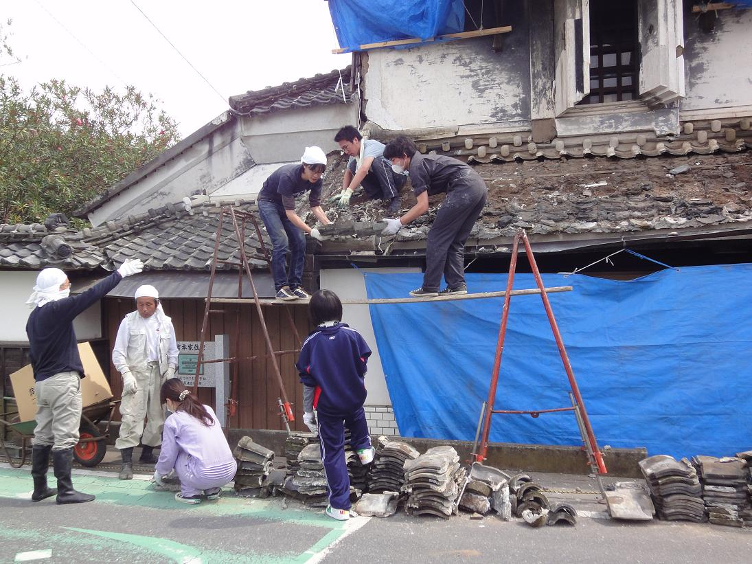 いよいよ店蔵の屋根の修復がスタートします。_b0124462_2038140.jpg