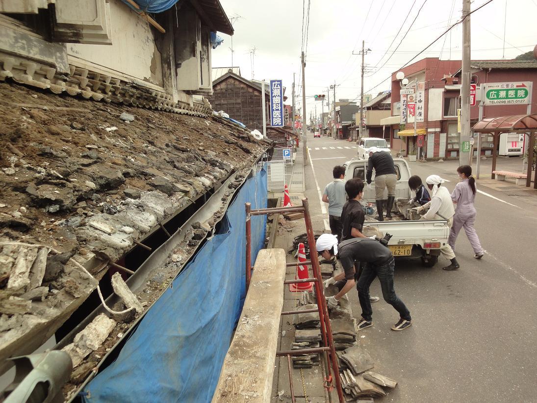 いよいよ店蔵の屋根の修復がスタートします。_b0124462_20391021.jpg