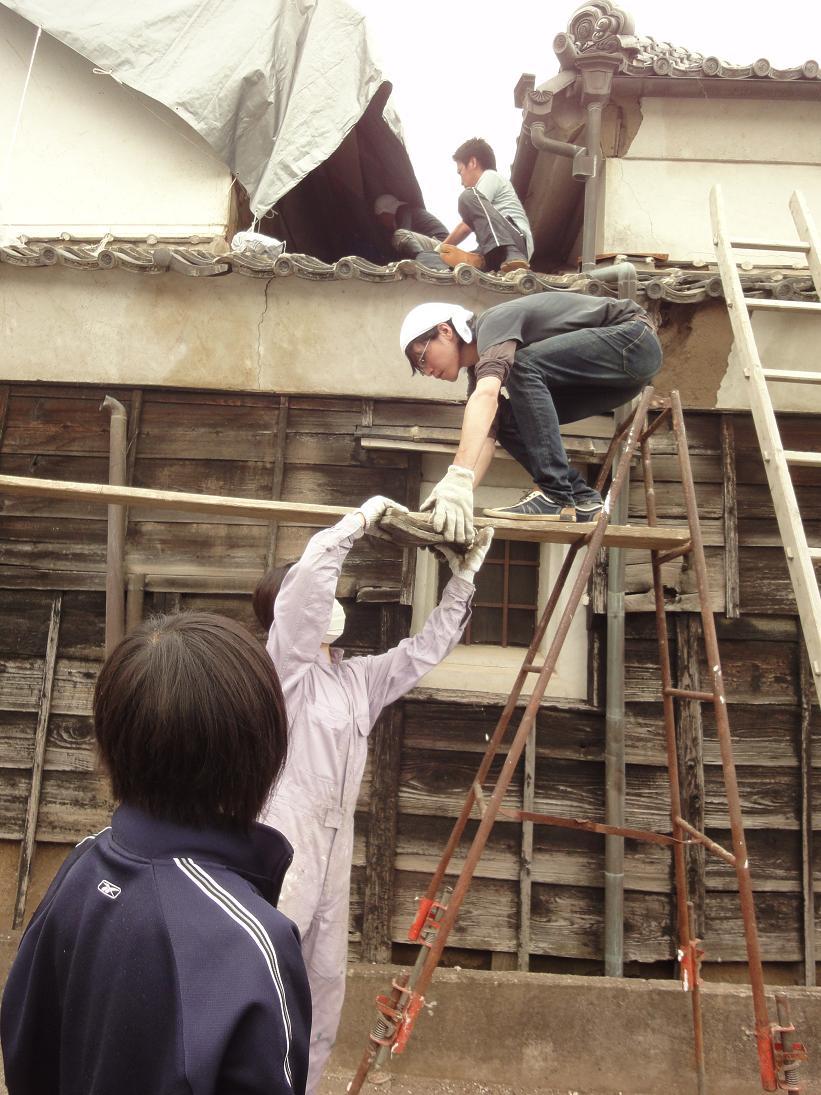 いよいよ店蔵の屋根の修復がスタートします。_b0124462_20394155.jpg
