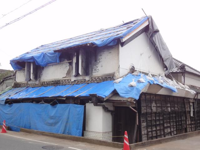 いよいよ店蔵の屋根の修復がスタートします。_b0124462_20412654.jpg