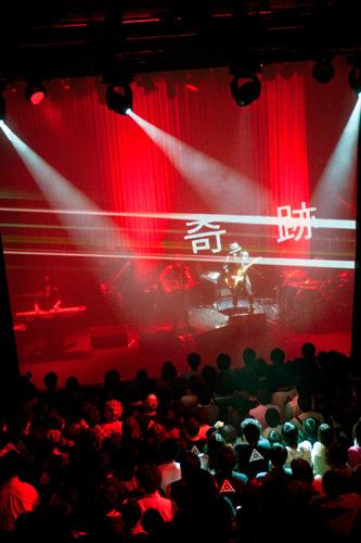 amazarashi、初ライヴ開催に待望のファン熱狂!_e0197970_12141263.jpg