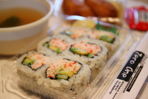 いなり寿司とカリフォルニアロール_d0129786_1571265.jpg