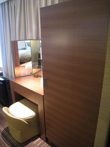 5月 ホテルオークラ福岡 コーナーデラックス クローゼットとミニバー  _a0055835_17152533.jpg