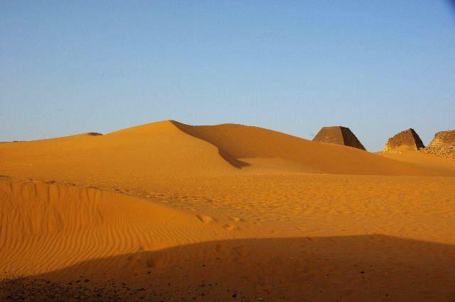 メロエ遺跡のピラミッド群(1) メロエ王国中期の南ピラミッド群_c0011649_10253378.jpg