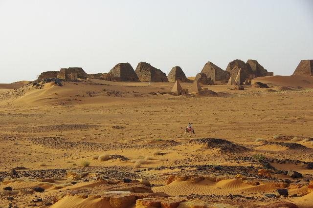 メロエ遺跡のピラミッド群(1) メロエ王国中期の南ピラミッド群_c0011649_10264864.jpg