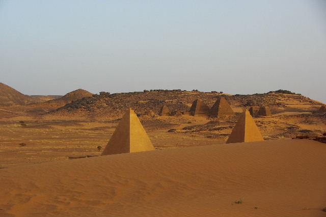 メロエ遺跡のピラミッド群(1) メロエ王国中期の南ピラミッド群_c0011649_1028057.jpg
