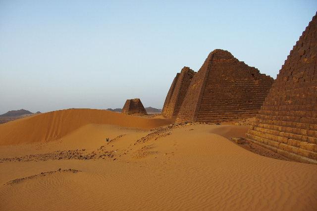 メロエ遺跡のピラミッド群(1) メロエ王国中期の南ピラミッド群_c0011649_1031098.jpg