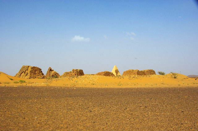 メロエ遺跡のピラミッド群(1) メロエ王国中期の南ピラミッド群_c0011649_1043149.jpg