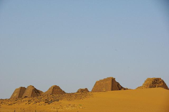 メロエ遺跡のピラミッド群(1) メロエ王国中期の南ピラミッド群_c0011649_105247.jpg