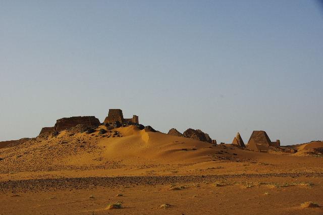 メロエ遺跡のピラミッド群(1) メロエ王国中期の南ピラミッド群_c0011649_10562488.jpg