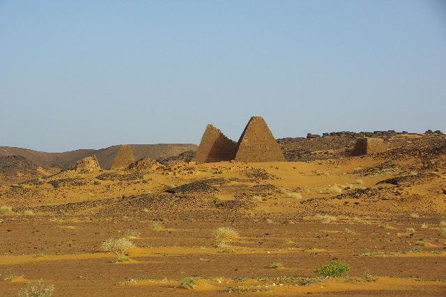 メロエ遺跡のピラミッド群(1) メロエ王国中期の南ピラミッド群_c0011649_10565120.jpg