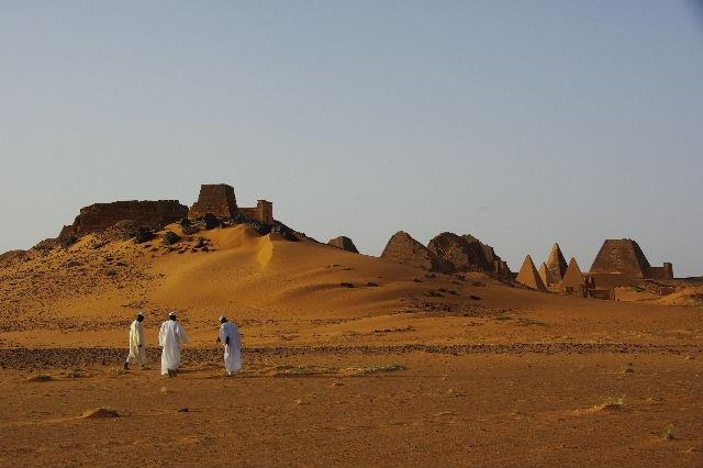 メロエ遺跡のピラミッド群(1) メロエ王国中期の南ピラミッド群_c0011649_10573598.jpg
