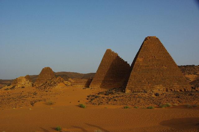 メロエ遺跡のピラミッド群(1) メロエ王国中期の南ピラミッド群_c0011649_10575655.jpg