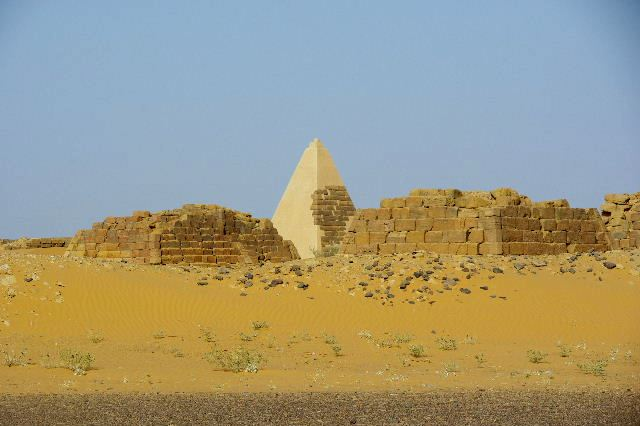 メロエ遺跡のピラミッド群(1) メロエ王国中期の南ピラミッド群_c0011649_1125066.jpg