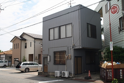「物置として使われている家」_b0112351_13431387.jpg