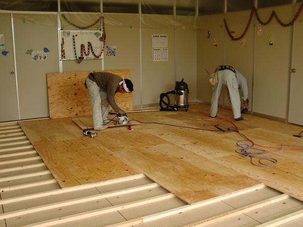 養護施設の床工事 ~ クレーンで材料上げ。_d0165368_621358.jpg