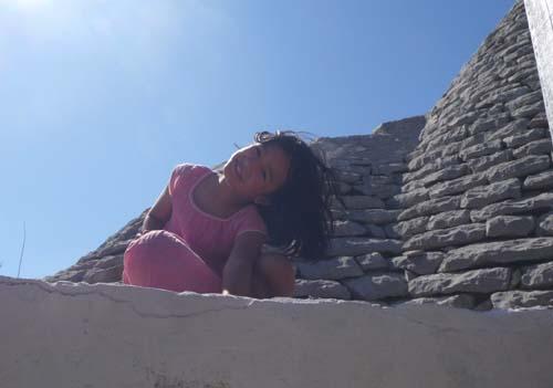 トゥルッロに登るユキちゃん_f0106597_2141314.jpg
