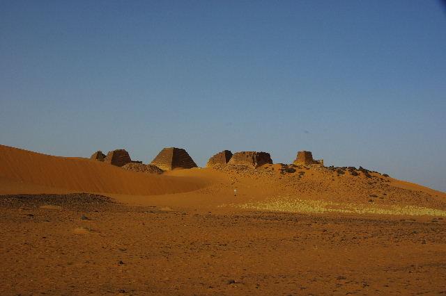 メロエ遺跡のピラミッド群(1) メロエ王国中期の南ピラミッド群_c0011649_6595142.jpg