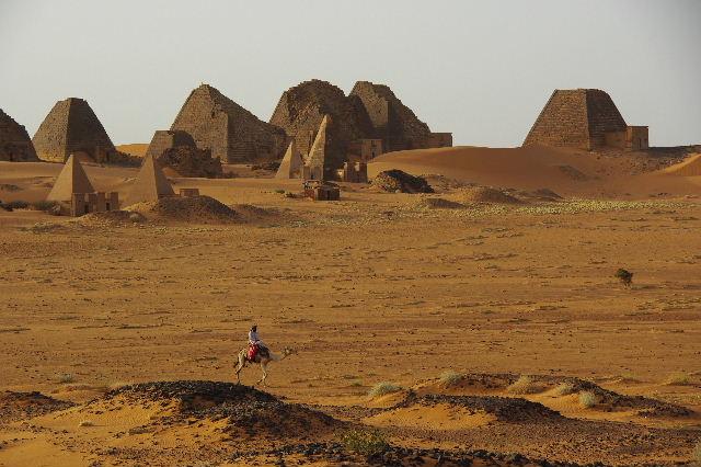 メロエ遺跡のピラミッド群 (2) 南ピラミッド群周辺と「砂漠のスイカ」_c0011649_737247.jpg