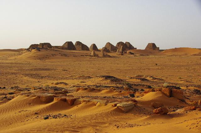 メロエ遺跡のピラミッド群 (2) 南ピラミッド群周辺と「砂漠のスイカ」_c0011649_7381127.jpg