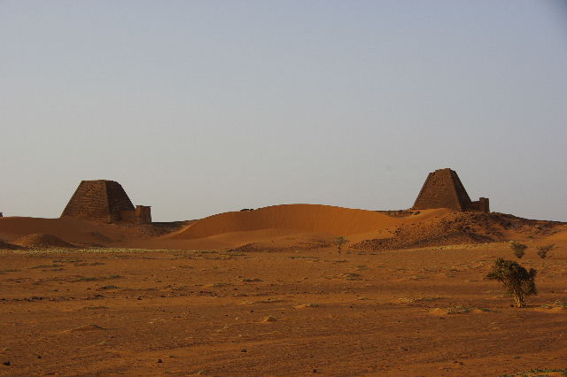 メロエ遺跡のピラミッド群 (2) 南ピラミッド群周辺と「砂漠のスイカ」_c0011649_7411441.jpg