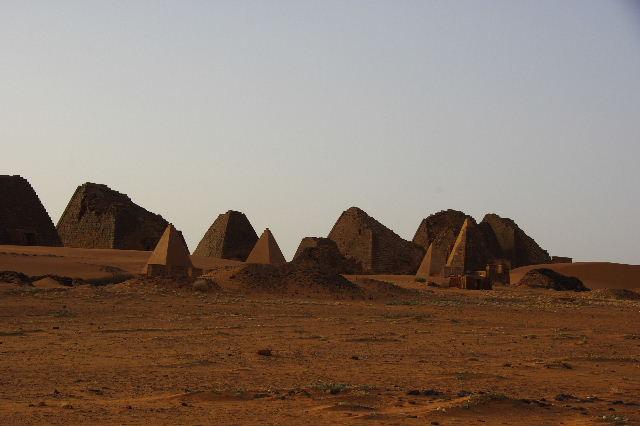 メロエ遺跡のピラミッド群 (2) 南ピラミッド群周辺と「砂漠のスイカ」_c0011649_7424194.jpg