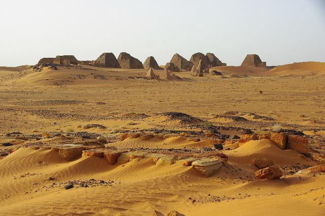 メロエ遺跡のピラミッド群 (2) 南ピラミッド群周辺と「砂漠のスイカ」_c0011649_742720.jpg