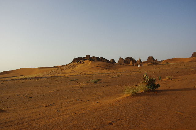 メロエ遺跡のピラミッド群 (2) 南ピラミッド群周辺と「砂漠のスイカ」_c0011649_7541639.jpg