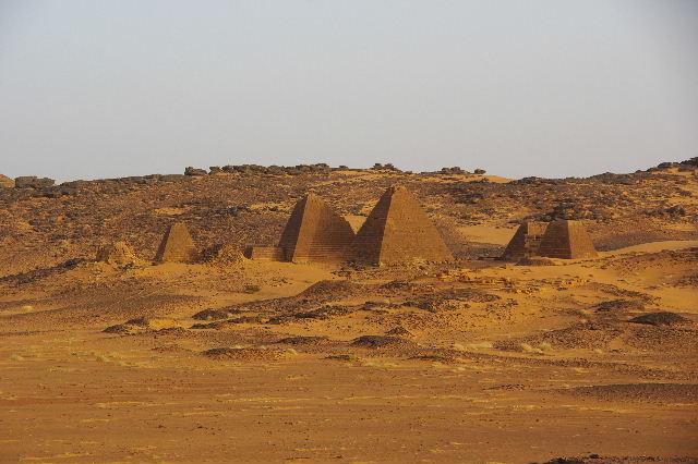 メロエ遺跡のピラミッド群 (2) 南ピラミッド群周辺と「砂漠のスイカ」_c0011649_7565091.jpg
