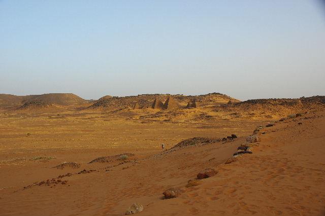 メロエ遺跡のピラミッド群 (2) 南ピラミッド群周辺と「砂漠のスイカ」_c0011649_757297.jpg