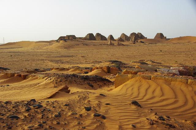 メロエ遺跡のピラミッド群 (2) 南ピラミッド群周辺と「砂漠のスイカ」_c0011649_926896.jpg