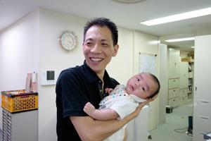 赤ちゃんをあやしていると誰もが優しくなれる!。_b0194208_1142150.jpg
