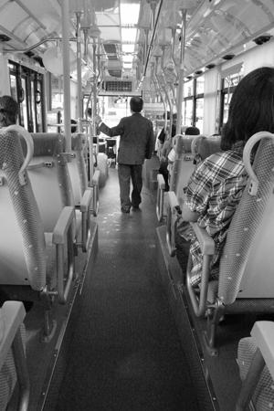 「バス停と、バスと、横断歩道」_a0097735_22395564.jpg