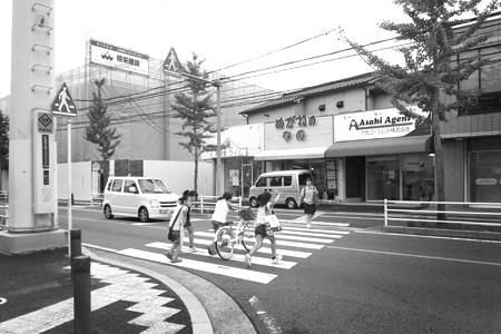 「バス停と、バスと、横断歩道」_a0097735_22405431.jpg
