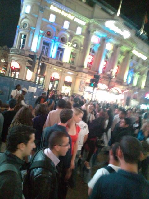London☆ブラジルのTV GLOBOに取材された後、ピカデリーサーカスの広場でストリートパフォーマンス(^o^)_b0032617_1222313.jpg