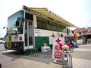 献血バス到着_c0141652_9402116.jpg