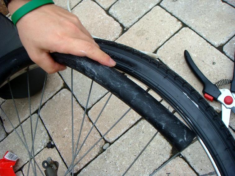 自転車の 自転車ノパンクタイヤ交換 : ... パンクタイヤを押し込んでい