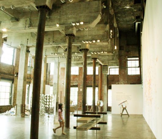 古いレンガと吹き抜けが素敵なブルックリンのギャラリー Smack Mellon_b0007805_16123838.jpg